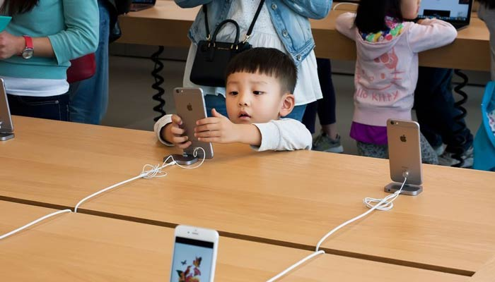 取扱説明書なしでiPhoneを使う子供の画像