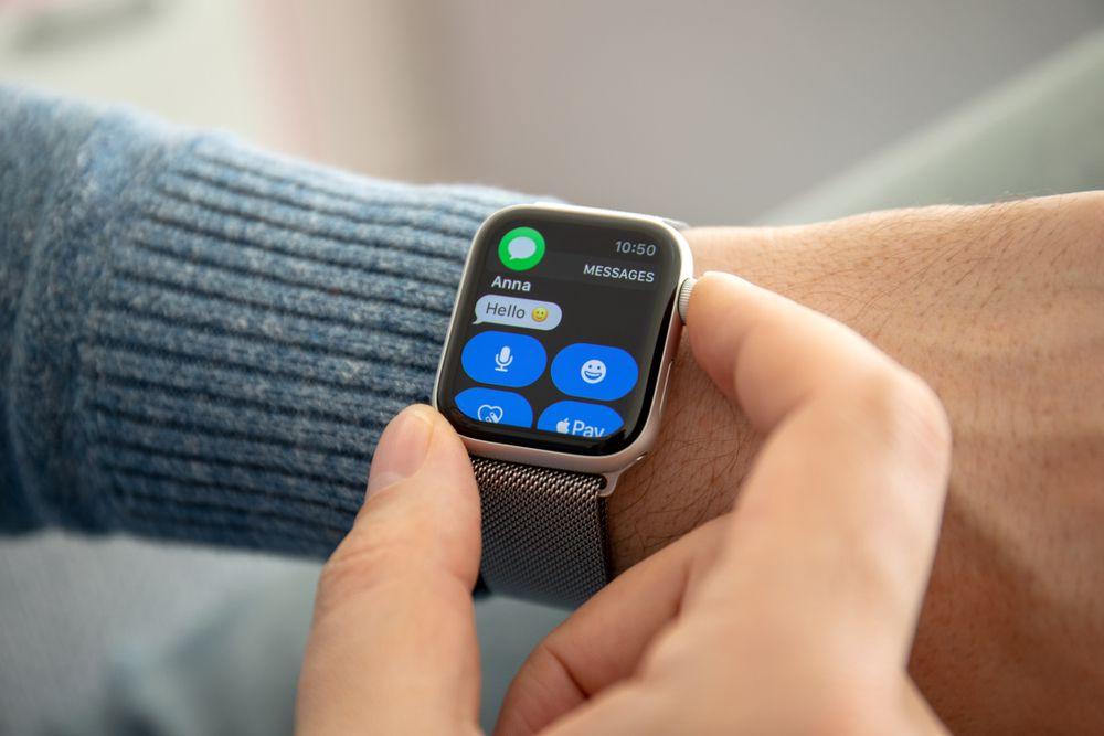 iPhoneを出さなくても腕だけで内容を確認できる