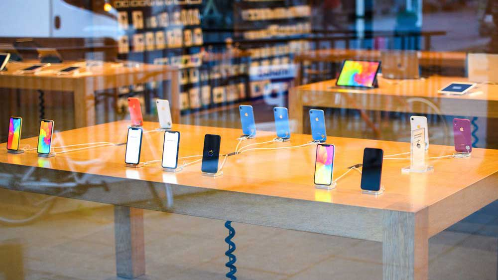 iPhoneXRの売り場の風景
