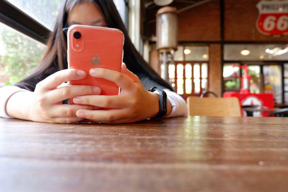 喫茶店でのiPhoneXRコーラル