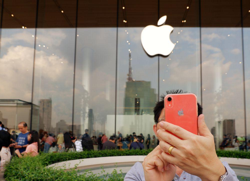 Appleショップ前でのiPhoneXRコーラル