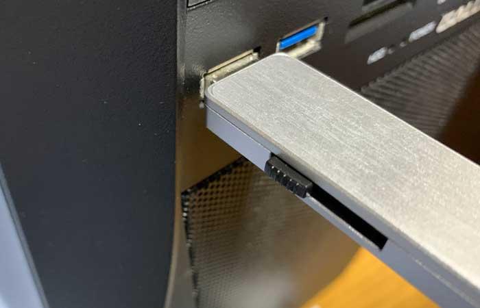 USBメモリを、パソコンのUSBポートに差し込みます。